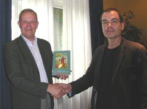 Berry Dongelmans overhandigt het jaarboek 2008 aan Lesley Monfils.